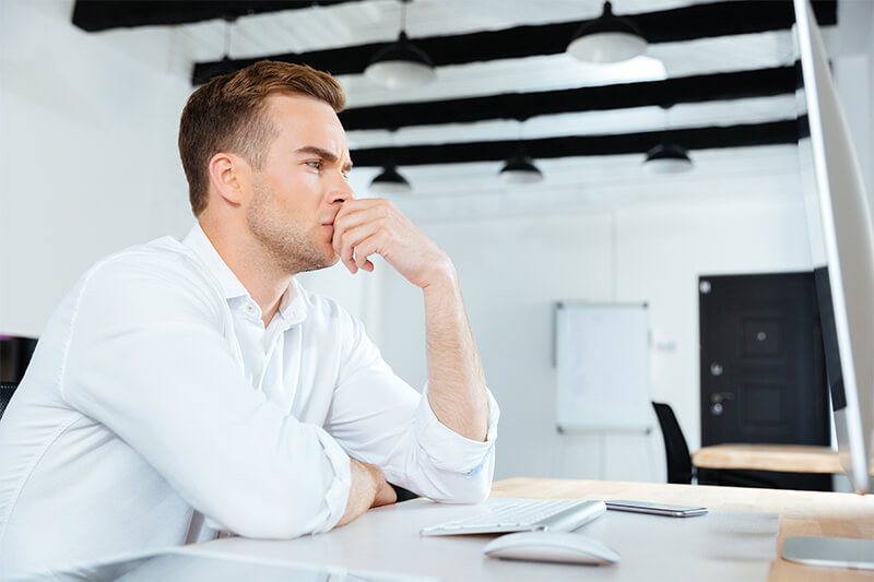 """Empresário pensativo, o que deve incluir a página """"quem somos"""""""